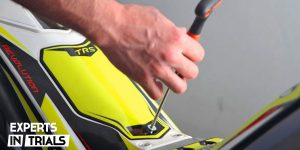 Mantenimiento y limpieza del filtro del aire en la moto de trial