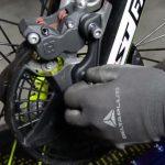 Sustituir pastillas freno delanteras en moto de trial