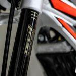 Cómo mejorar el rendimiento y ajustar las suspensiones de la moto de trial